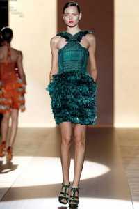 Gucci 2011 İlkbahar - Yaz Koleksiyonu - gucci tüylü zümrüt yeşili gece elbisesi modelleri