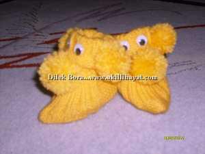 Dilek Bora' dan sarı ponponlu bebek patiği modeli
