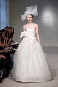 2012 Vera Wang ilkbahar - Yaz Gelinlik Ve Abiye Modelleri - Vera Wang sade kurdeleli gelinlik modeli