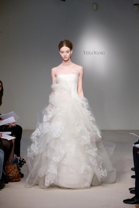 2012 Vera Wang ilkbahar - Yaz Gelinlik Ve Abiye Modelleri - Vera Wang dantelli ve kabarık gelinlik modeli