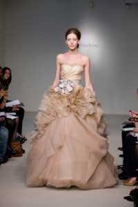 2012 Vera Wang ilkbahar - Yaz Gelinlik Ve Abiye Modelleri - Vera Wang kabarık fırfırlı somon rengi abiye modeli