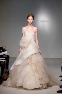 2012 Vera Wang ilkbahar - Yaz Gelinlik Ve Abiye Modelleri - Vera Wang nude rengi tül çiçekli abiye modeli