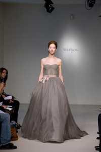 2012 Vera Wang ilkbahar - Yaz Gelinlik Ve Abiye Modelleri - Vera Wang gri kabarık abiye modeli