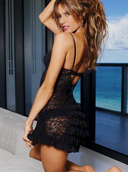 Victoria's Secret 2011 İç Çamaşır ve Gecelik Modelleri -- Victoria's Secret siyah dantelli ve fırfırlı İç çamaşır modelleri