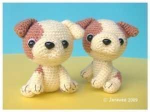 Amigurumi oyuncak iki renkli köpek modeli