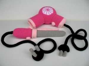 Amigurumi oyuncak saç kurutma makinası ve saç maşası modeli