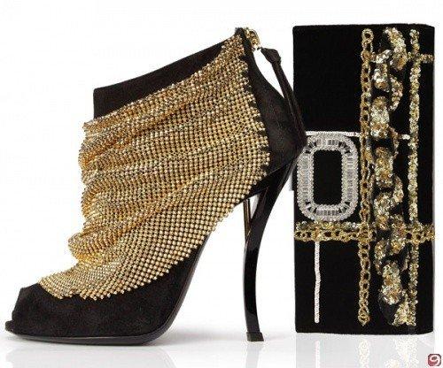 Altın detaylı ince topuklu bayan ayakkabısı modeli ve bayan çantası