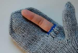 cep-telefonları-için-işaret-parmağı-açıkta-bırakan-örgü-eldiven-modeli