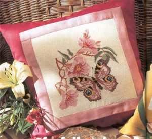 Kelebek ve çiçek figürlü yastık kılıfı modeli