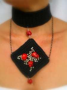 2011 kırmızı boncuklu örgü boyunluk kolye modeli
