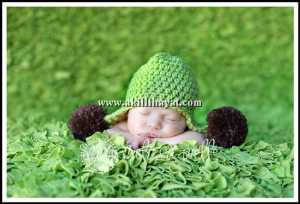 yeşil ponponlu örgü bebek beresi modeli