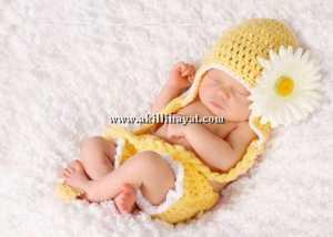 Örgü kulaklı bebek şapkası ve örgü bebek kilodu modeli