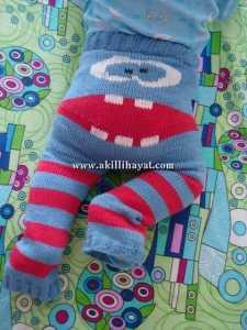 çizgili İnsan yüzü motifli örgü bebek pantolon örneklerinin yapılışı