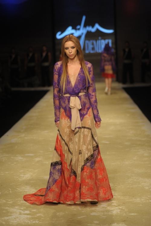Süleyman Demirel 2011 TEN ve KAN Defilesi - Mor renk uzun yazlık elbise modeli