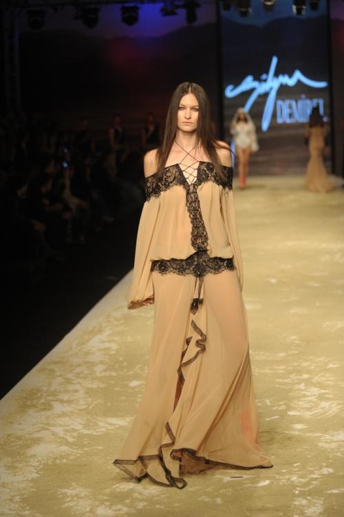 Süleyman Demirel 2011 TEN ve KAN Defilesi - Omuzu açık uzun elbise modeli