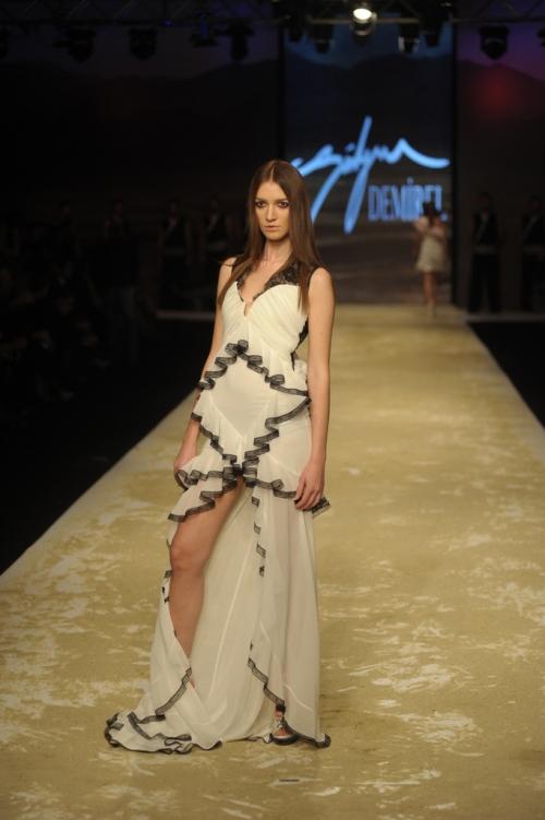 Süleyman Demirel 2011 TEN ve KAN Defilesi - Fırfırlı önden yırtmaçlı uzun beyaz elbise modeli