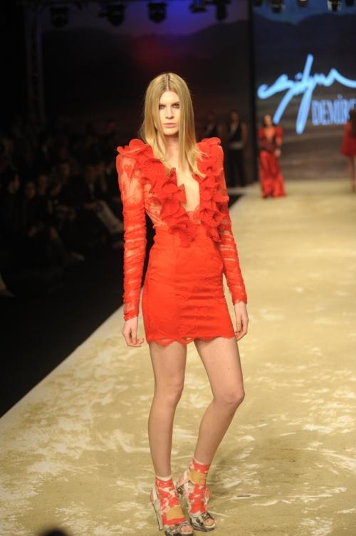 Süleyman Demirel 2011 TEN ve KAN Defilesi - Dantel kollu derin v yakalı mini elbise modeli