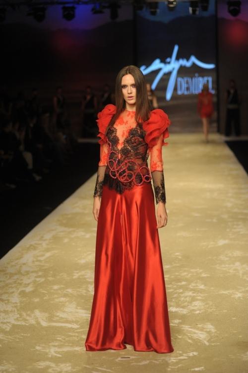 Süleyman Demirel 2011 TEN ve KAN Defilesi - Kırımız karpuz kollu dantel elbise modeli