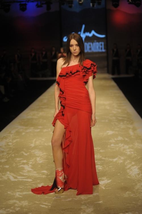 Süleyman Demirel 2011 TEN ve KAN Defilesi - Tek omuz fırfırlı yandan yırtmaçlı kırmızı ispanyol elbisesimodeli