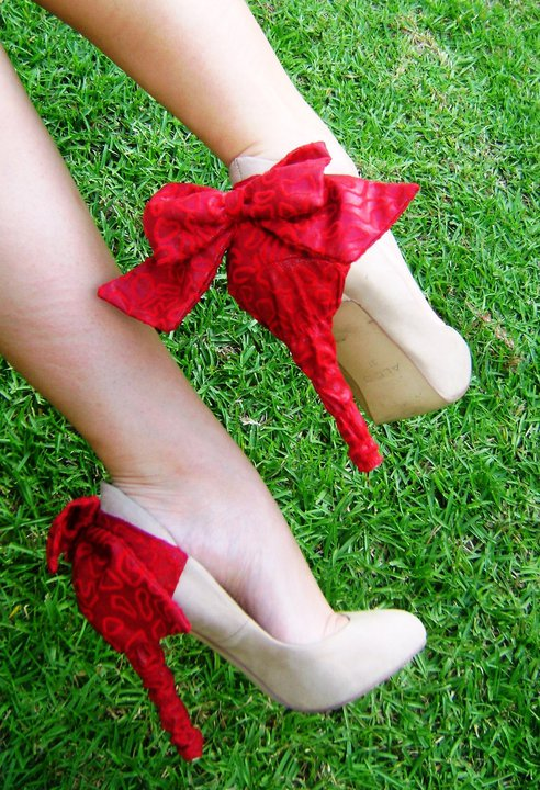 Sıradışı Topuk Detayları - Krımızı fiyonklu topuklu ayakkabı modeli