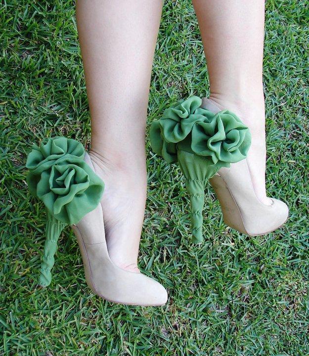 En Yeni Farklı Topuk Detayları - Topuğu yeşil çiçekli Bej ayakkabı modeli