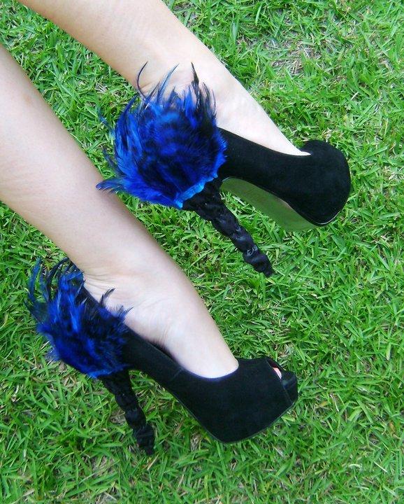 Sıradışı Topuk Detayları - Parlement mavisi tüylü topuklu siyah ayakkabı modeli