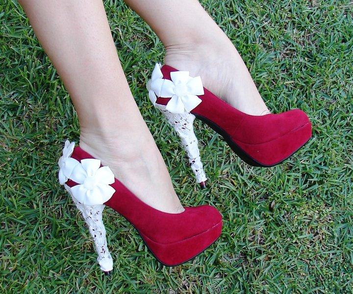 En Yeni Farklı Topuk Detayları - Topuğu beyaz kurdele çiçekli Kırmızı ayakkabı modeli