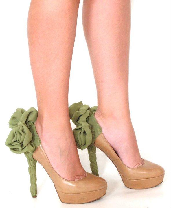 Sıradışı Topuk Detayları - Yeşil çiçekli topuklu ayakkabı modeli