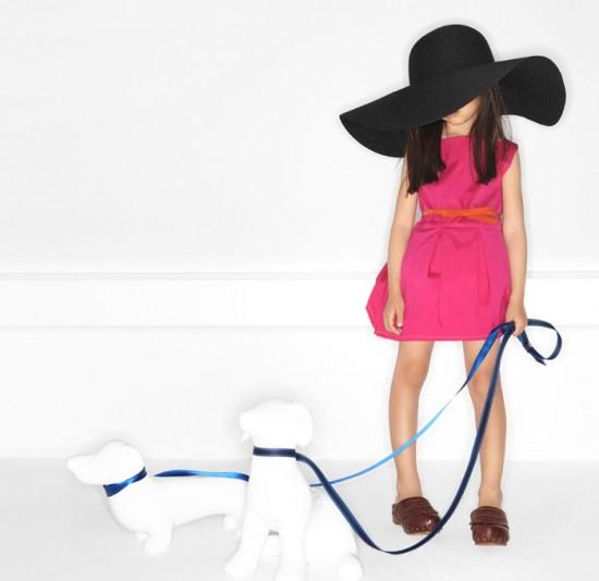 Zara Kids 2011 Çocuk Giyimi Koleksiyonu -- Pembe kemerli kız çocuk elbisesi ve siyah çocuk şapkası modeli